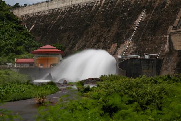 2khun dan prakan chon dam open springway l'eau aller à la rivière