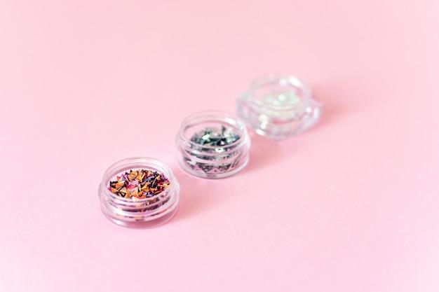 3 boîtes avec des paillettes de paillettes à ongles fluorescentes holographiques diverses décorations 3d de nail art.
