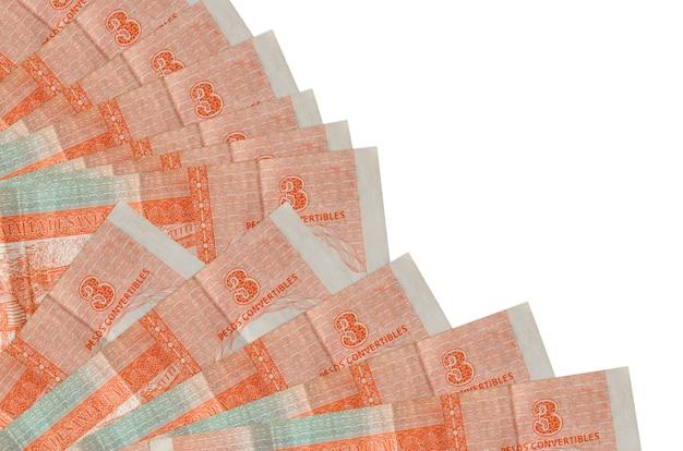 3 factures de convertibles pesos cubains se trouve isolé sur un mur blanc avec copie espace empilé dans le ventilateur se bouchent. concept de temps de paie ou opérations financières