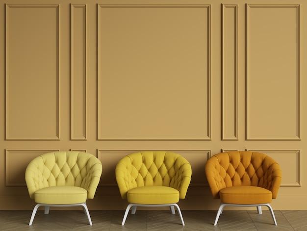 3 fauteuils capitonnés jaunes dans un intérieur classique avec espace copie