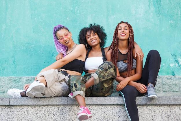 3 jeunes femmes noires rire et s'amuser