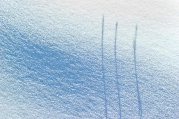 3 ombres parallèles sur la neige. concept de minimalisme d'hiver.