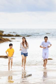 3 personnes comme mère de famille et 2 fils jouent à la course et apprennent pour une nouvelle expérience