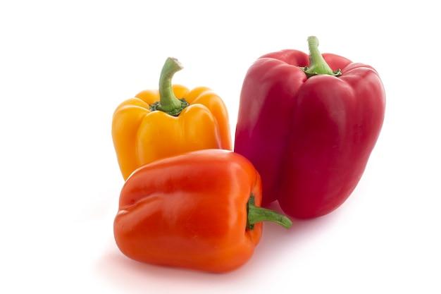 3 piments morron de colores con fondo blanco