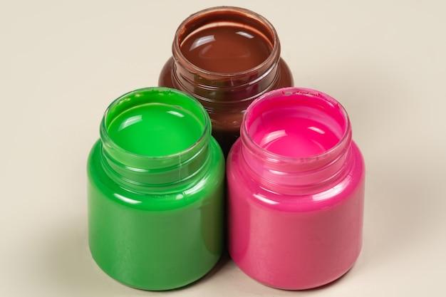 3 verre de peinture de couleur gouache ouvert ouvert aligné