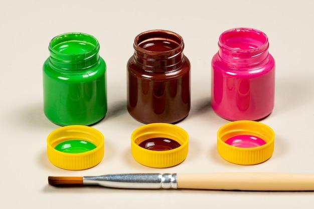 3 verre de peinture gouache ouvert ouvert aligné