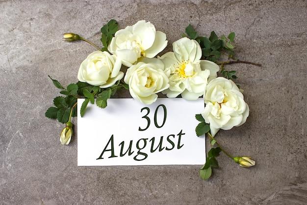 30 août. jour 30 du mois, date du calendrier. bordure de roses blanches sur fond gris pastel avec date du calendrier. mois d'été, concept de jour de l'année.