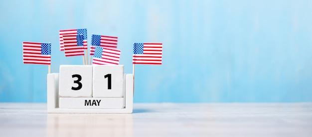 31 mai de calendrier blanc avec drapeau des états-unis d'amérique sur fond de bois. memorial day 2021 et concept de vacances