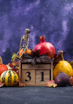 31 octobre. composition d'halloween avec fruits d'automne de saison.