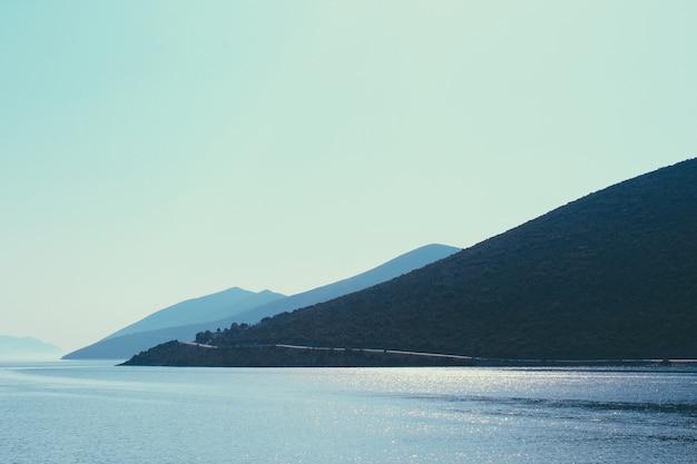 4 chaîne de montagnes pyramidale à travers le bord de mer de la mer égée en grèce