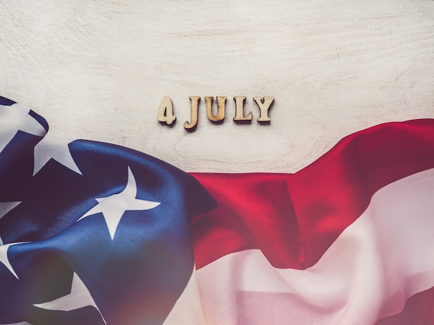 Le 4 juillet. drapeau américain et lettres en bois