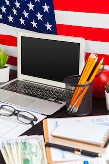 4 juillet fête de l'indépendance américaine usa drapeaux décorations dans le bureau avec ordinateur