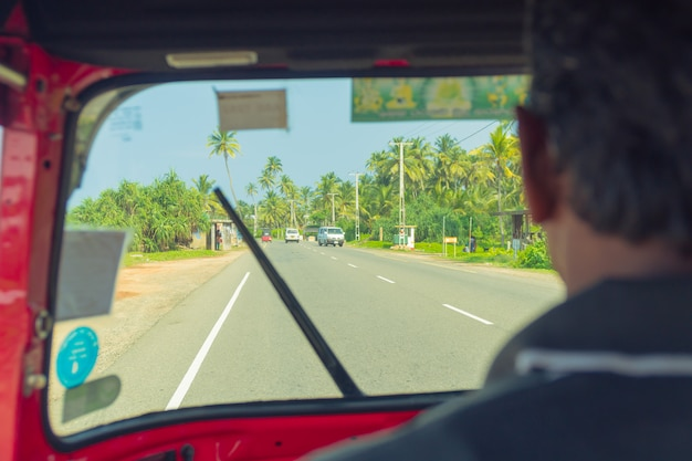 4 mars 2018. hikkaduwa, sri lanka. conducteur tuk-tuk dans le cockpit