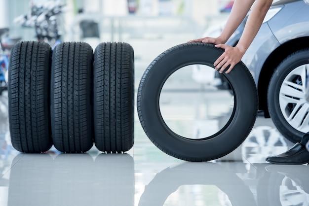 4 pneus neufs qui changent de pneus dans le centre de réparation automobile