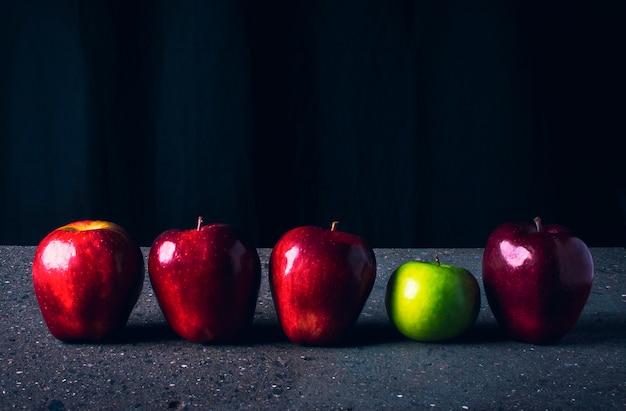4 pommes rouges et 1 verte d'affilée