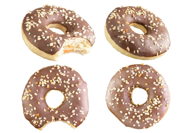 4 quatre beignets au chocolat isolés tirés dans une pile. photographié par empilement.