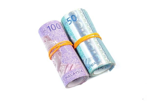 50 et 100 billets de ringgit malais attachés avec un élastique