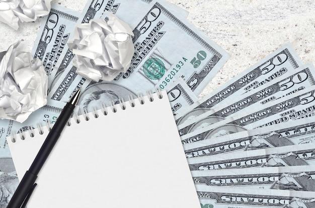 50 dollars américains et des boules de papier froissé avec note de papier vierge