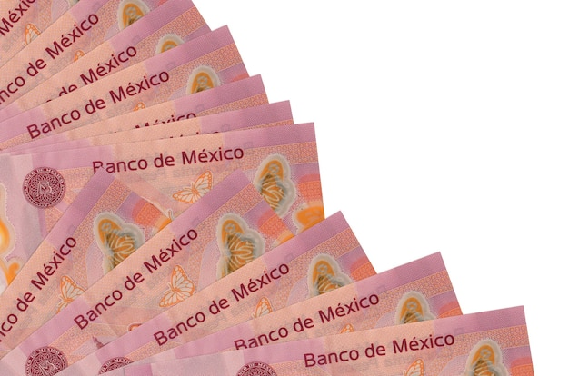 50 factures de pesos mexicains se trouve isolé sur un mur blanc avec copie espace empilé dans le ventilateur se bouchent. concept de temps de paie ou opérations financières