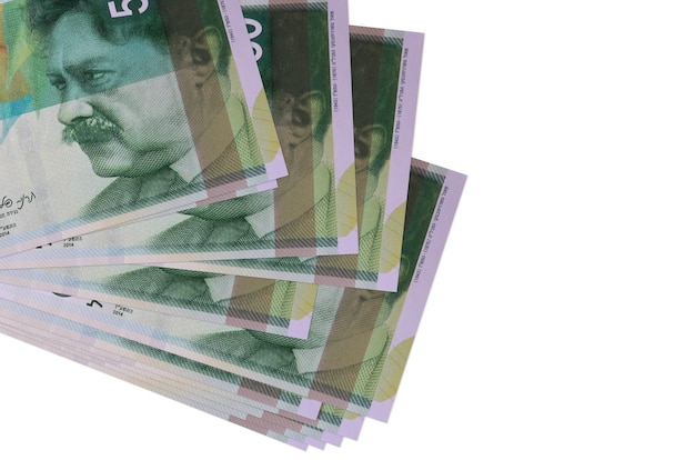 50 nouveaux billets de shekels israéliens se trouvent en petit groupe ou pack isolé sur blanc. concept d'entreprise et d'échange de devises