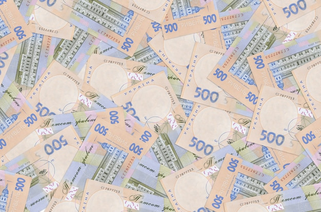 500 factures de hryvnias ukrainiennes se trouvent en gros tas. une grosse somme d'argent
