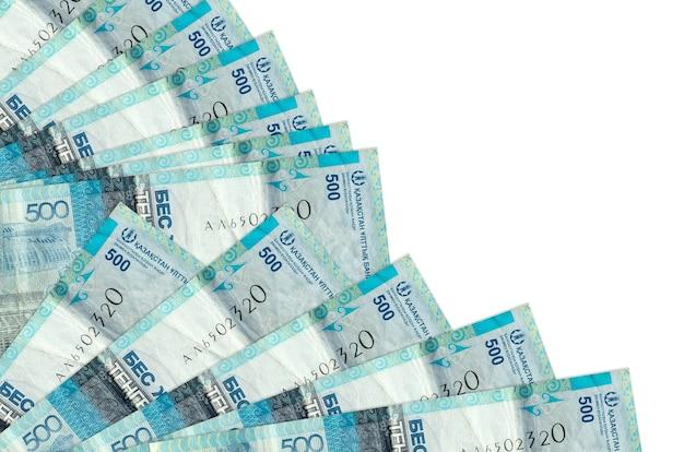 500 factures de tenge kazakh se trouvent isolés empilés dans le ventilateur de près. concept de temps de paie ou opérations financières