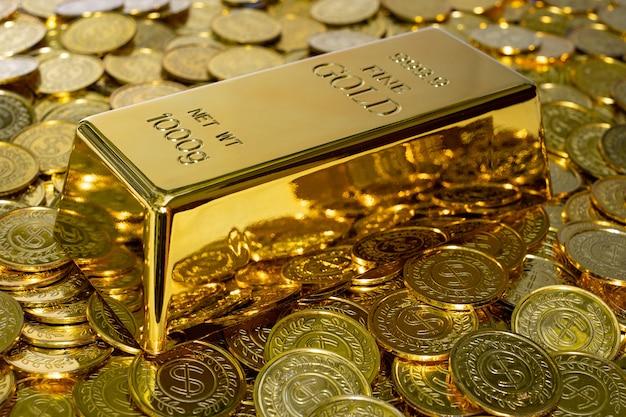 500px photo id: 1025453564 - gros plan lingot d'or brillant 1 kg sur la pile de pièces d'or beaucoup de