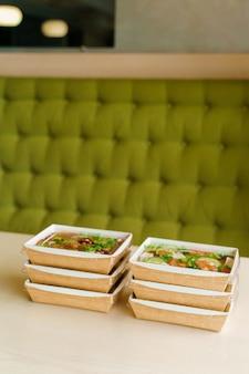 6 salades vertes naturelles dans une boîte thermo écologique. plats bio. vaisselle jetable biodégradable.