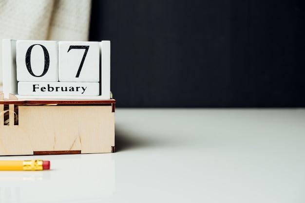 7 septième jour du calendrier du mois d'hiver février avec espace de copie.