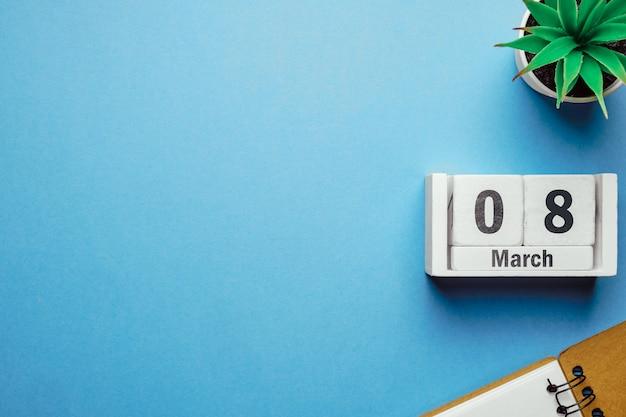 8 huitième jour de mars sur le calendrier avec plante et cahier