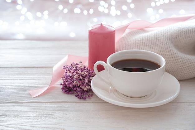 8 mars, café, bouquet et bougie rose sur fond clair.