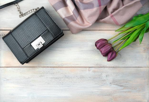 8 mars, fond de vacances avec des fleurs, sac, fond en bois écharpe.