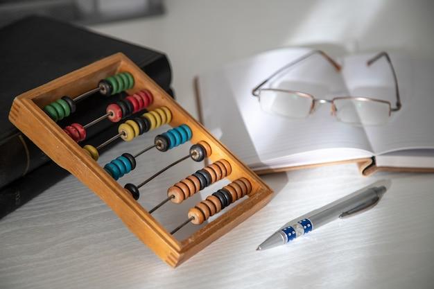 Abacus et cahier en arrière-plan.