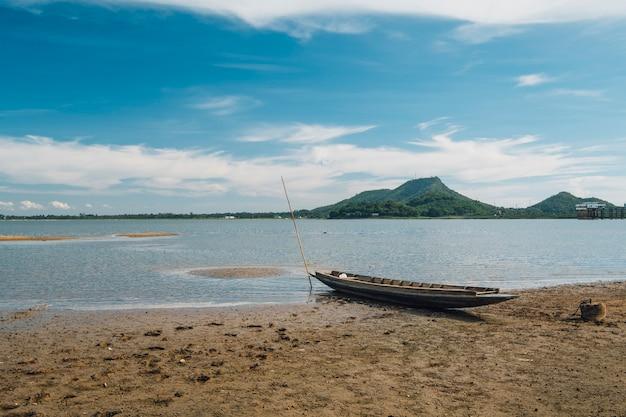 Abandonner le vieux bateau dans le lac