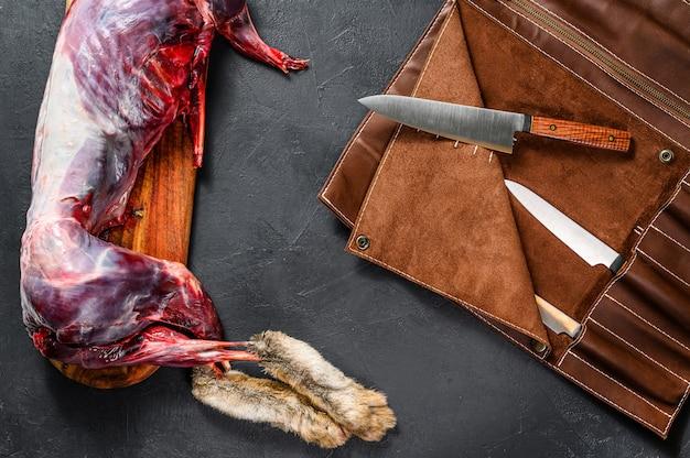 L'abattage du lapin, l'abattage des animaux. carcasse entière d'un lapin d'élevage. vue de dessus