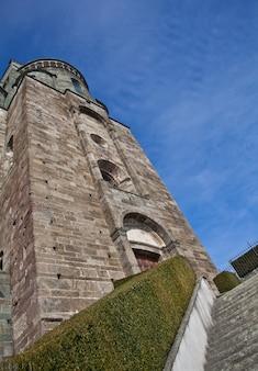 Abbaye du xie siècle, région du piémont, italie. l'église, dont la construction a duré de nombreuses années, se caractérise par sa position et son architecture inhabituelles.