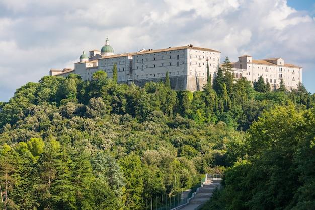 Abbaye de montecassino, italie, en reconstruction après la seconde guerre mondiale