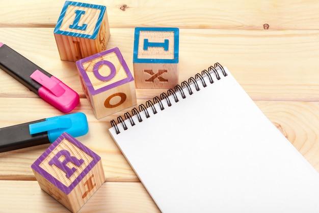 Abc alphabet avec carnet de notes en papier