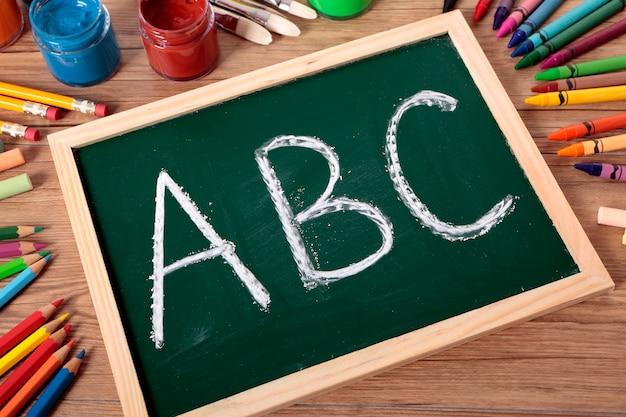 Abc écrit sur un petit tableau noir