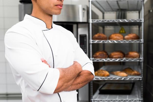 Abdomen d'un boulanger avec les bras croisés