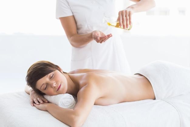 Abdomen d'un masseur donnant un massage à une femme