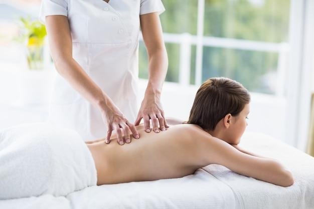 Abdomen de masseuse donnant un massage à une femme