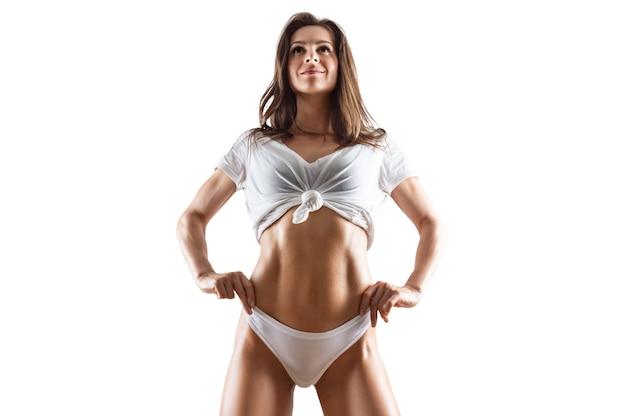 Un abdos gonflé. belle femme sportive qui pose en studio
