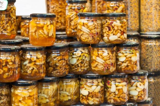 Abeille miel avec des noix sur le comptoir