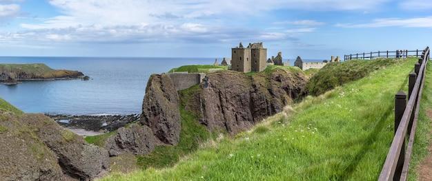 Aberdeenshire, écosse - 24 mai 2019 : l'image panoramique du château de dunnottar est une forteresse médiévale en ruine située sur un promontoire rocheux sur la côte nord-est de l'écosse