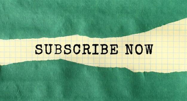 Abonnez-vous maintenant message écrit sous papier déchiré vert