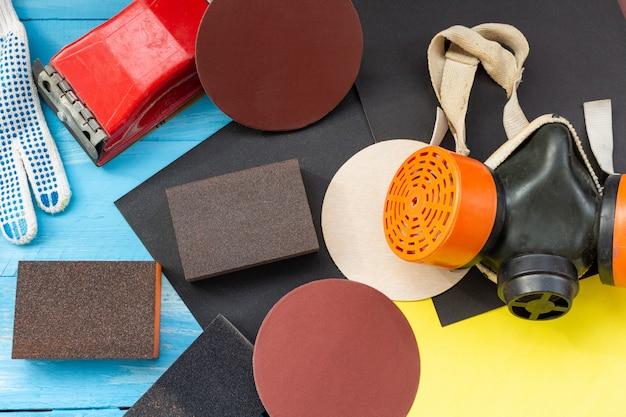 Abrasifs, papier abrasif, éponges et roue, respirateur