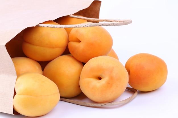 Abricot dans un sac en papier