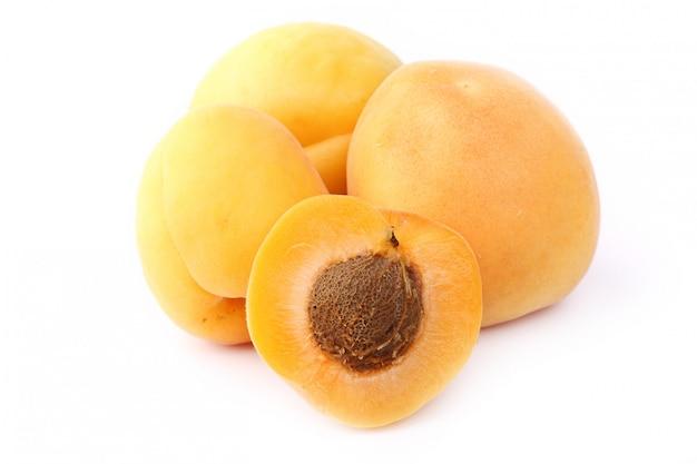 Abricot isolé sur fond blanc