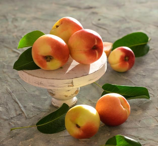 Abricot pêche sur la table lumière d'été fruit fenêtre